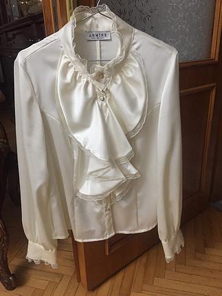 Beyaz fırfırlı gömlek