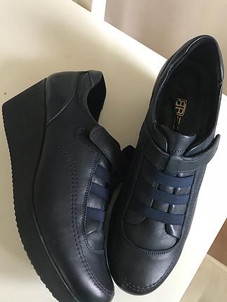 Beta lacivert hakiki deri dolgu topuk ayakkabı