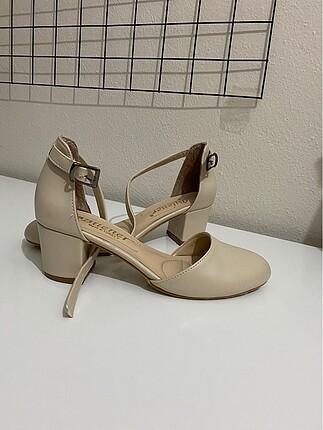 Bej rengi topuklu ayakkabı