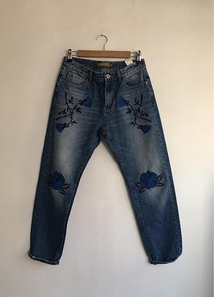Çiçek detaylı pantalon