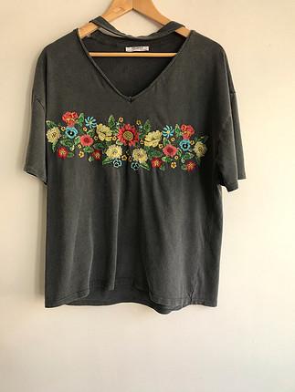 Çiçek desenli tshirt
