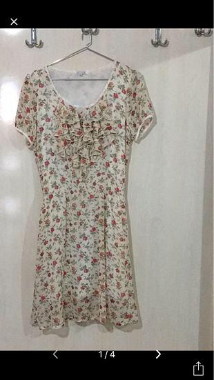 Astarlı çiçekli tiril tiril bir elbise.