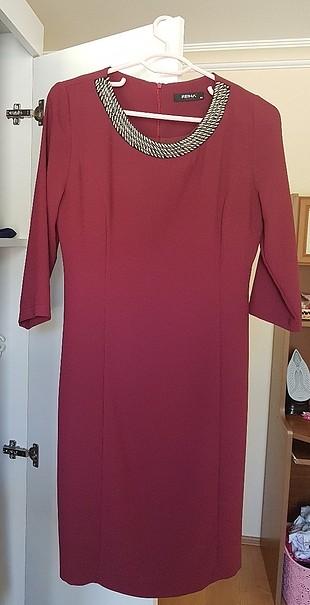 diz hizalarında bordo rengi elbise