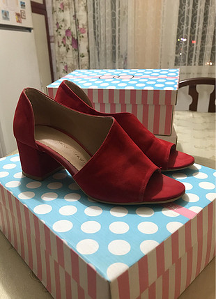 Kırmızı topuklu terlik