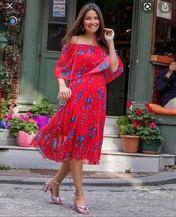 Kırmızı kayık yaka etek kısmı pileli elbise