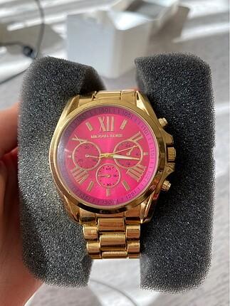 Altın rengi saat