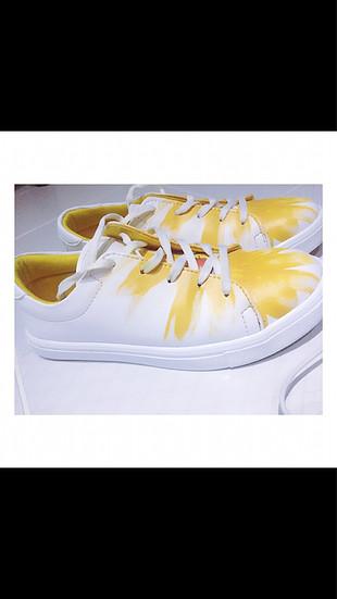 Sarı papatya desenli beyaz spor ayakkabı