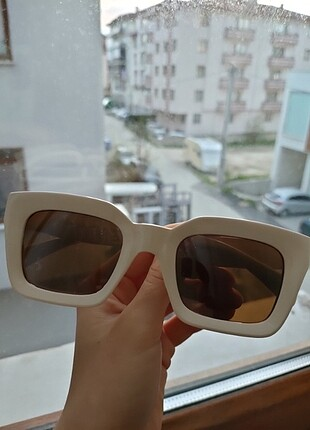 Bej rengi gözlük