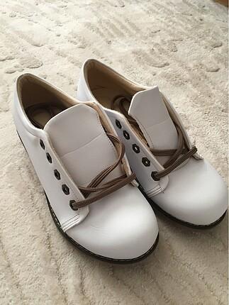 Beyaz ortopedik ayakkabı