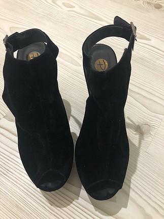 Siyah kadife dolgu topuk ayakkabı