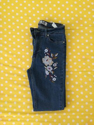 Çiçek detaylı pantolon