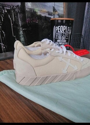 Off white sneakers 37/38/39 no 1250?