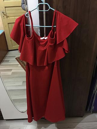 Kırmızı elbise tek sefer giyilmiş yırtık yok yıpranma ve renk ka