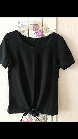 Siyah bağcıklı tshirt