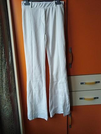 önü yırtmaçlı beyaz pantolon