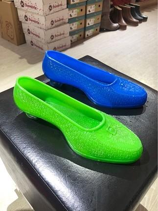Renkli lastik ayakkabılar