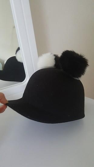 siyah beyaz ponponlu şapka