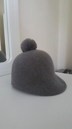 gri ponponlu şapka