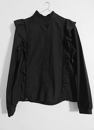 Siyah yakalı fileli gömlek