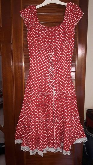 Kirmızı puantiyeli elbise