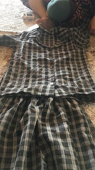Pijama takımı etiketli