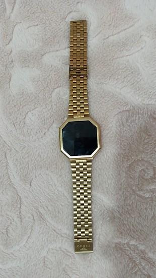 Altın sarısı saat