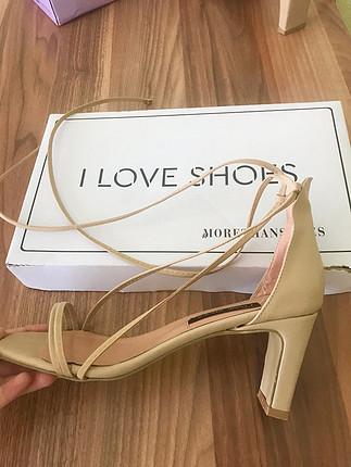 Çarpraz ipli topuklu ayakkabı