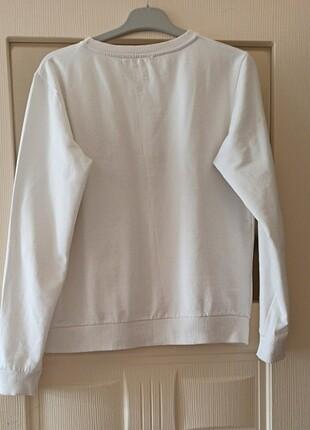 m Beden beyaz Renk Çok temiz, güzel bir sweatshirt ????