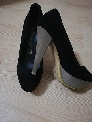 ustu sıyah topuk krem rengi ayakkabı