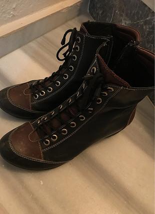 Kahverengi kısa çizme