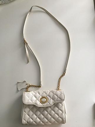 Beyaz altın sarısı çanta altında nohut kadar deforme vardır