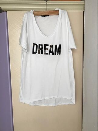 Beyaz yazı detaylı tişört