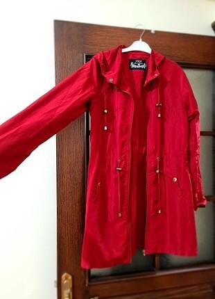 Kırmızı yağmurluk