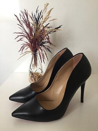 Siyah topuklu ayakkabı. Markası Kemal Tanca değil.