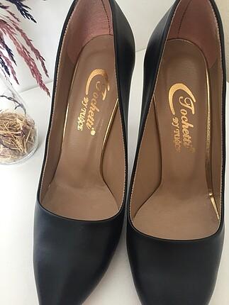 38 Beden Siyah topuklu ayakkabı. Markası Kemal Tanca değil.