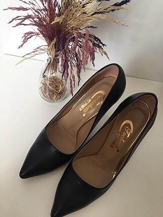 Kemal Tanca Siyah topuklu ayakkabı. Markası Kemal Tanca değil.