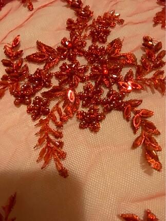 Boncuk işlemeli kırmızı dantel kumaş