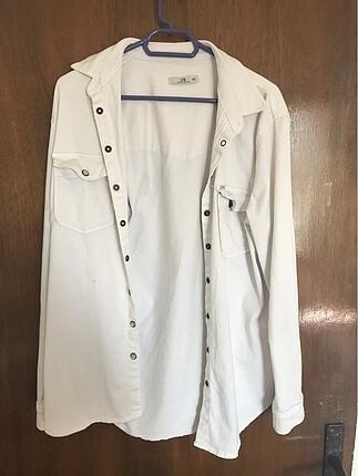 Beyaz gömlek.
