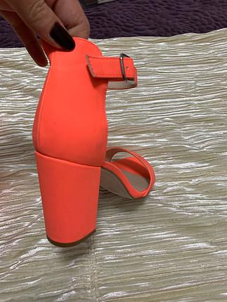 Pull and Bear fosforlu topuklu sandalet