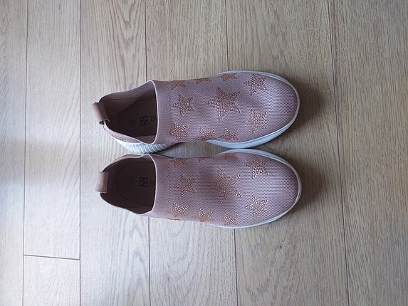 Tumüşak kullanımli,sadece 4 keez giyilmış, rahat ayakkabı