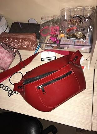Kırmızı omuz çantası