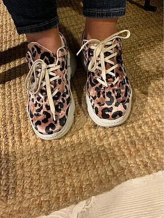 Spor ayakkabı Pelin?in ayakkabıları