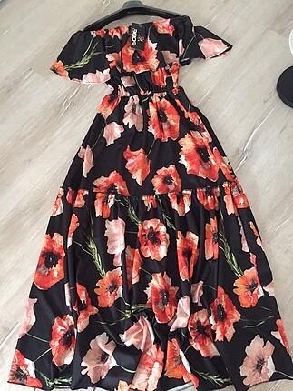Omuzları açık renkli elbise