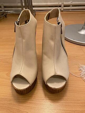 Bej Kalın Topuklu Fermuar Detaylı Ayakkabı