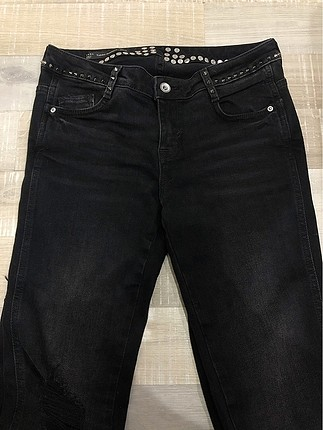 Siyah zımbalı kot pantolon