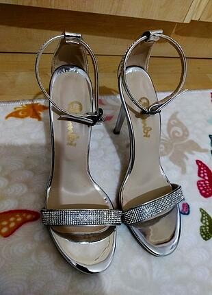 İnce topuklu gümüş rengi ayakkabi