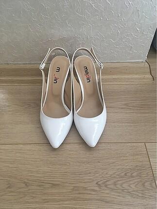 Arkası açık beyaz ayakkabı