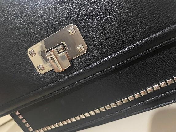 Beden Stradivarius siyah zımba detaylı çanta