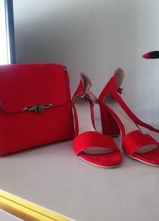 Kırmızı ayakkabı ve çanta