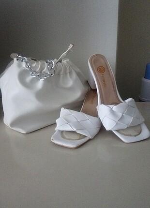 Beyaz ayakkabı ve çanta
